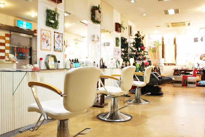 西公園商工連盟の美容室、Crapo hair クレッポヘアーの店内です。白色の椅子が3脚、それぞれの前に鏡が設置されています。奥にはクリスマスツリーが飾られています。日差しが入った明るい店内です。