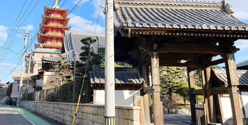 唐人町にある大圓寺の外観です。右側に山門があり、山門の奥に本堂があります。本堂の後ろに朱色の五重塔がそびえています。
