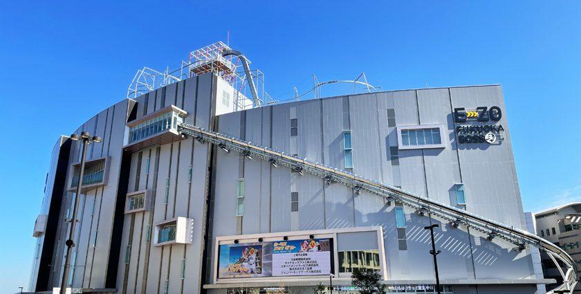 BOSS E・ZO FUKUOKAの外観です。建物は曲面の造りになっています。建物の屋上に「つりZO」のレールが、建物の壁面には「すべZO」のチューブが斜めに設置されています。