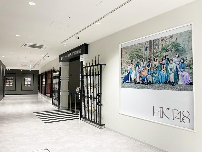 BOSS E・ZO FUKUOKA内にある西日本シティ銀行 HKT48劇場の入り口です。右側にHKT48メンバーの写真が飾られています。