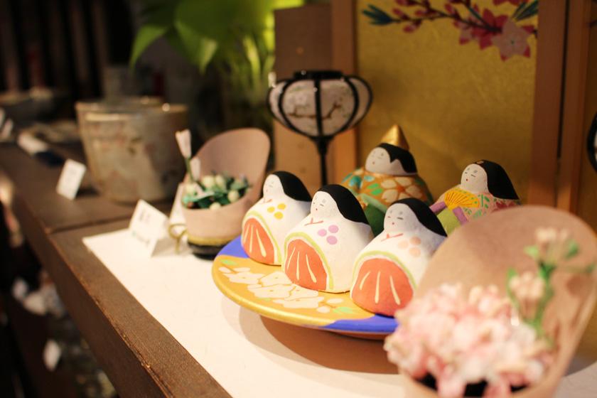 唐人町商店街にあるギャラリー風知草の店内に並んでいる商品、雛人形です。左側に三人官女、右側に男雛と女雛が並んでいます。