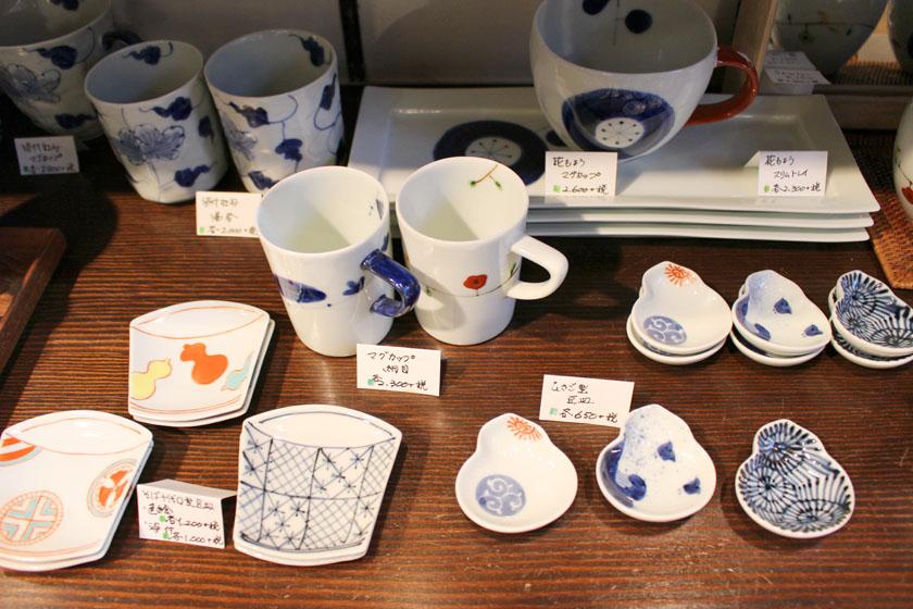唐人町商店街にあるギャラリー風知草の店内に並んでいる商品です。陶器のマグカップ、湯呑み、豆皿が並んでいます。
