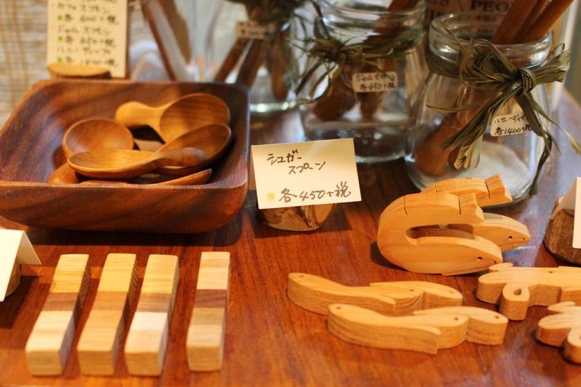 唐人町商店街にあるギャラリー風知草の店内に並んでいる商品です。木製の箸置き、シュガースプーンなどがあります。