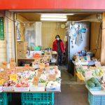 唐人町商店街にある青果店林青果です。店頭に果物、野菜がたくさん並べられていて、奥にはお店の方がいます。