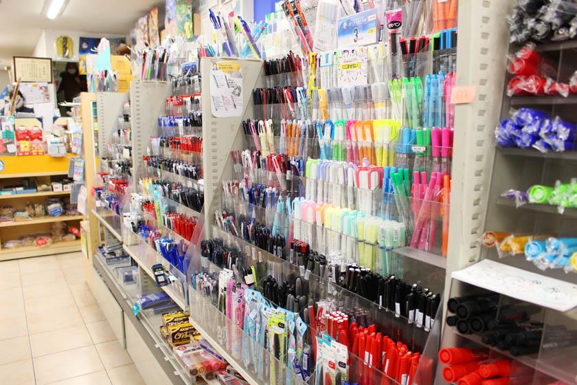 唐人町商店街にある文房具店 井手文具の店内です。色とりどりのボールペン、マジック、ペンがならんでいます。