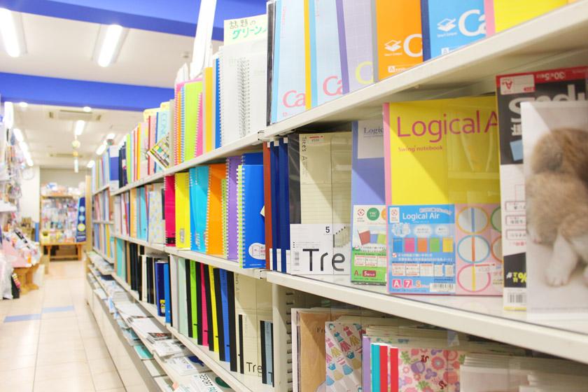 唐人町商店街にある文房具店 井手文具の店内です。色とりどりのノートがならんでいます。
