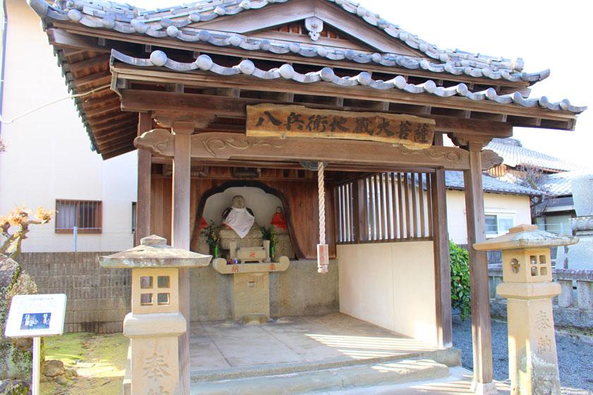 唐人町にある成道寺の境内にある八兵衛地蔵尊です。木造の建物の中に八兵衛地蔵が祀られています。
