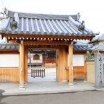 唐人町にある吉祥寺です。中央に山門があり、山門の手前左手に禅曹洞宗吉祥寺と書かれた石柱が立っています。
