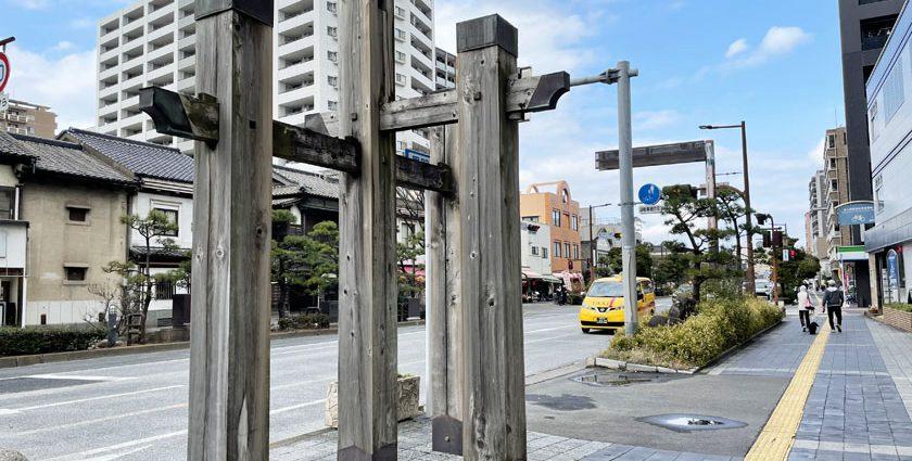 唐人町商店街アーケード東側入り口付近にあったと言われる黒門跡付近です。黒門川通りと呼ばれる通りで、歩道の左手に木製のオブジェがあります。