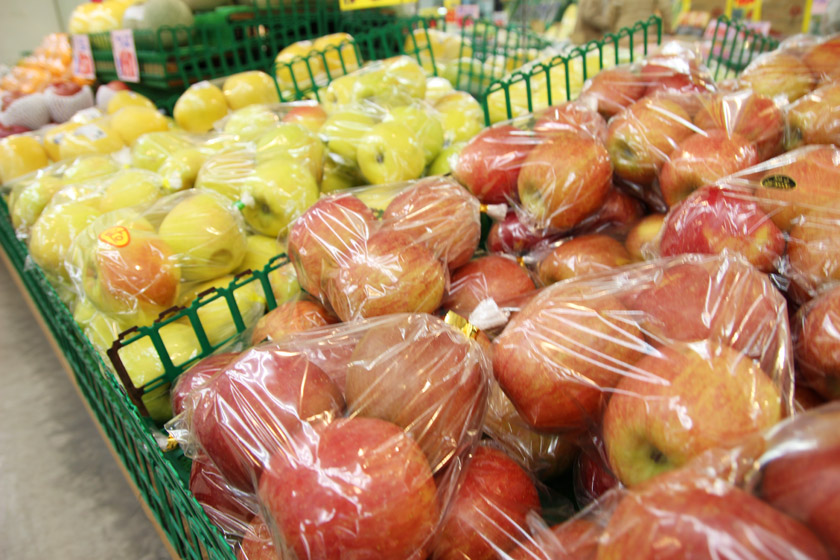 唐人町商店街にある青果店ママキッチンの店内です。袋詰めされた赤リンゴ、青リンゴがたくさん置かれてあります。