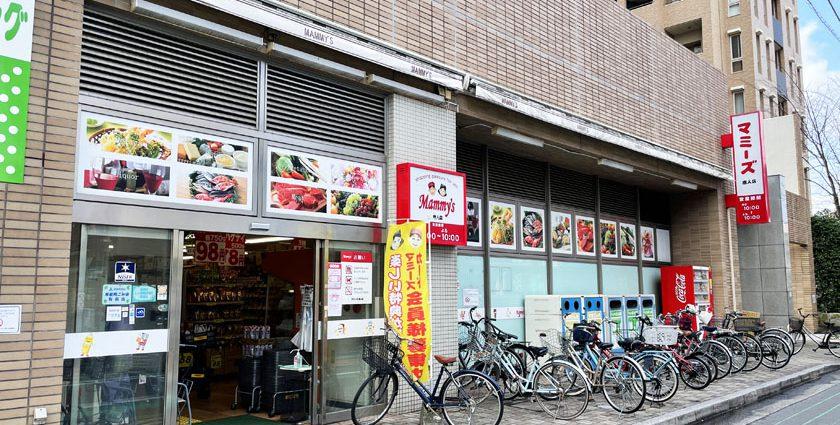 唐人町商店街のスーパーマーケット、マミーズ唐人店の外観です。食材や料理の写真が飾られています。自転車がたくさん停められています。