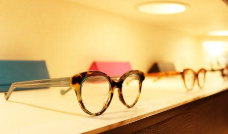 西公園商工連盟のメガネショップ松葉屋の店内です。棚にはメガネ、メガネケースが置かれています。