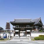 唐人町にある妙法寺の外観です。中央に山門、奥に本堂があります。左に五重塔があります。