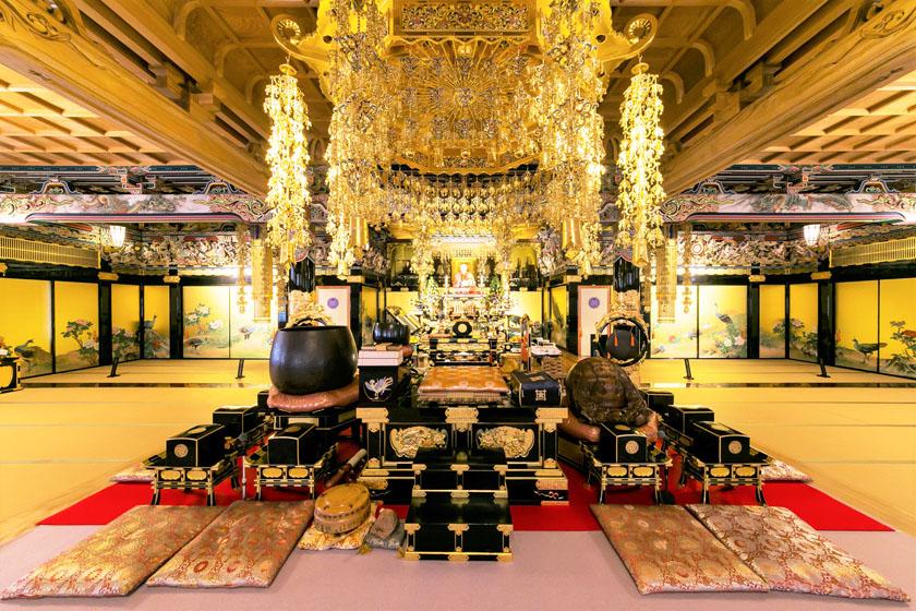 唐人町にある妙法寺の本堂です。迦陵頻伽の天女が音楽を奏で舞い踊る大本堂は、安らぎと慈愛に満ち溢れており、霊山浄土に明るく安らかな世界が現出しています。