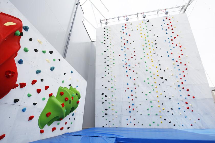 BOSS E・ZO FUKUOKA内にある「のぼZO」です。クライミングとボルタリングの施設で、カラフルなホールドが白地の壁に設置されています。