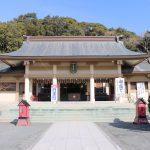福岡市の西公園にある光雲神社の本殿です。手前に拝殿があり、緑色の扁額が飾られ、光雲神社と書かれています。建物の裏手は木が生い茂っています。