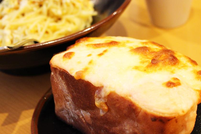 西公園商工連盟のパスタとピザの専門店らるきいの人気メニュー、明太チーズトーストです。厚く切られたパンの上に明太子が入ったチーズがのっています。