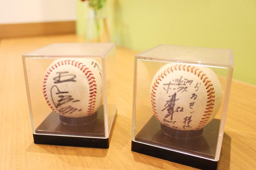 西公園商工連盟のパスタとピザの専門店らるきいの店内に、サインが書かれた2つの野球ボールが飾られています。左は王貞治さん、右は川崎宗則さんです。