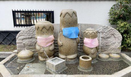「せせらぎがっぱ」という3匹の親子の河童の像です。左からお母さん、お父さん、子どもの河童の像です。