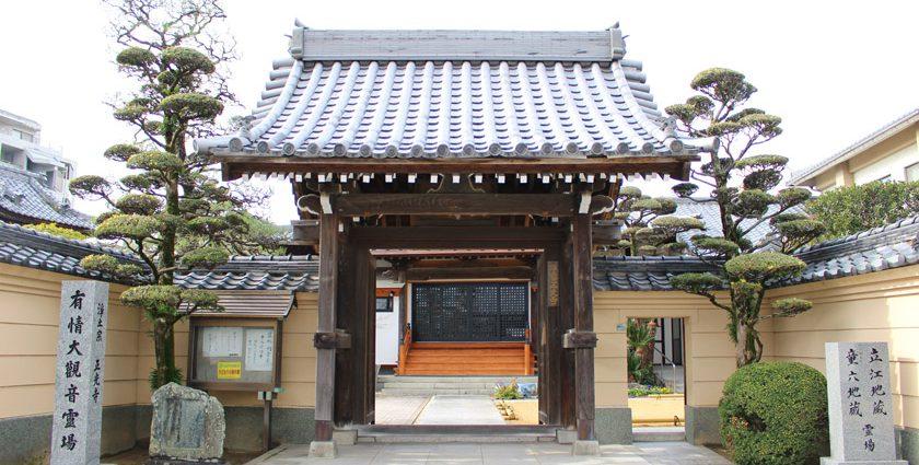 唐人町にある正光寺の外観です。中央に山門があります。