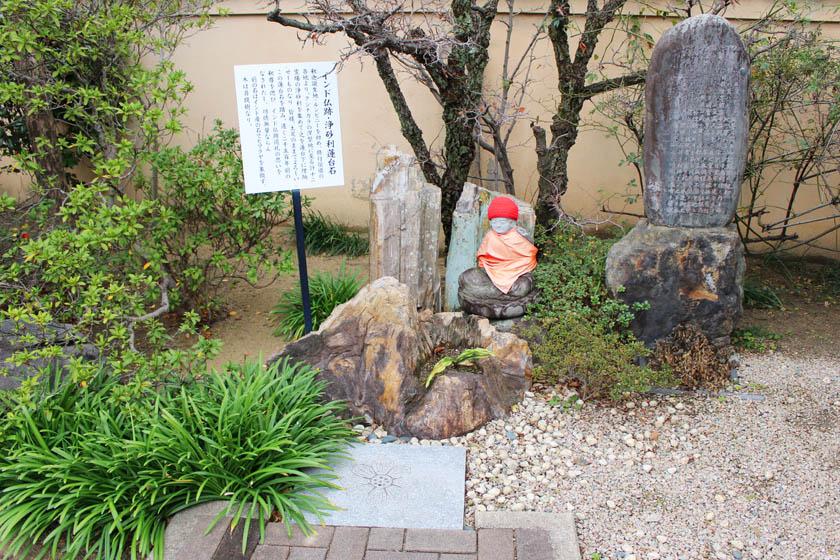 唐人町にある正光寺の境内にあるインド仏跡・浄砂利蓮台石です。お釈迦様の誕生地であるネパールのルンビニ、修行された各地、そして涅槃の地であるインドのクシナガラの十二霊場の浄砂利を埋納したものです。