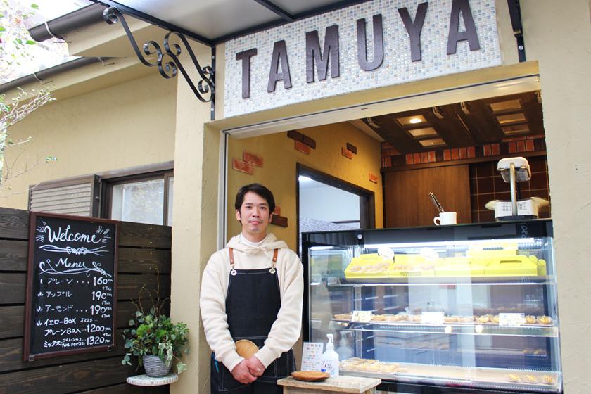 西公園商工連盟のスイートポテト専門店TAMUYAタムヤの外観と店長です。中央にショーケースがあり、お店の上部にはTAMUYAと書かれています。