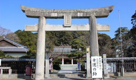福岡市の西公園にある光雲神社の入り口です。大きな鳥居の奥に本殿があります。鳥居の右側に幸運の鈴と書かれた看板があります。
