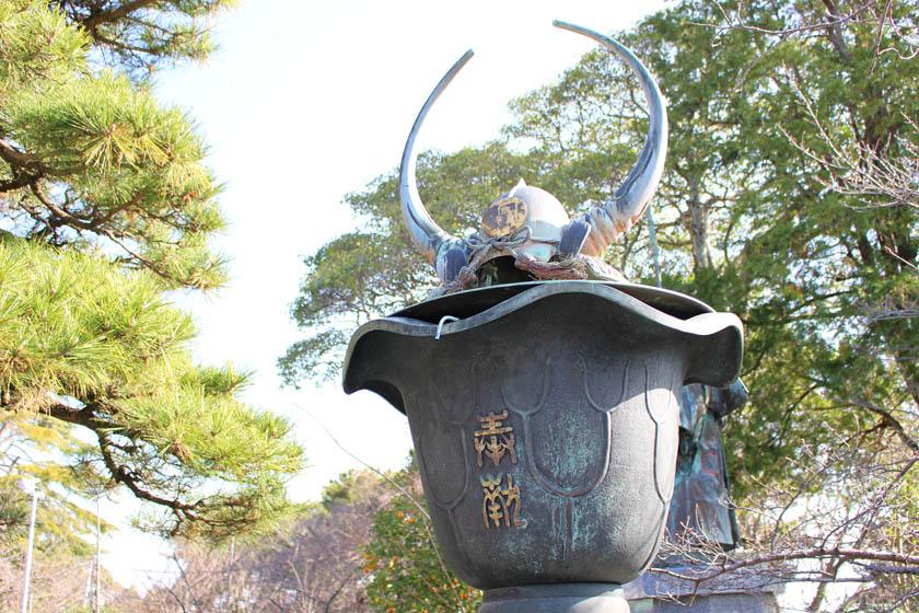 福岡市の西公園にある光雲神社境内にある、黒田長政の兜の像です。兜は水牛の角の形をしています。