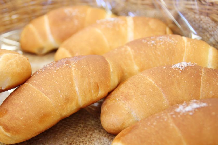 唐人町商店街にある唐人ベーカリー ポエム本店の人気ナンバーワン商品「塩バターロール」です。パンの表面に「またいちの塩」がかかっています。