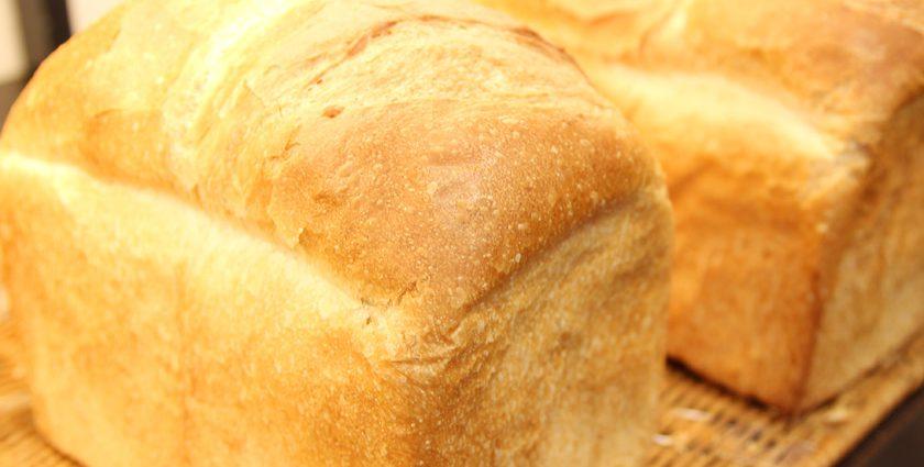 唐人町商店街にある唐人ベーカリー ポエム本店の商品、食パンです。山型食パンが2斤あります。