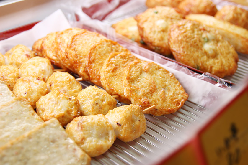 唐人町商店街にある天ぷら・蒲鉾 やまよしの商品です。丸、円形、四角形の形をした天ぷらが並んでいます。