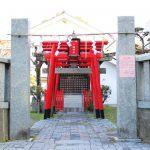 八橋神社の入り口です。紙垂が飾られています。奥には朱色の鳥居が並んでいます。