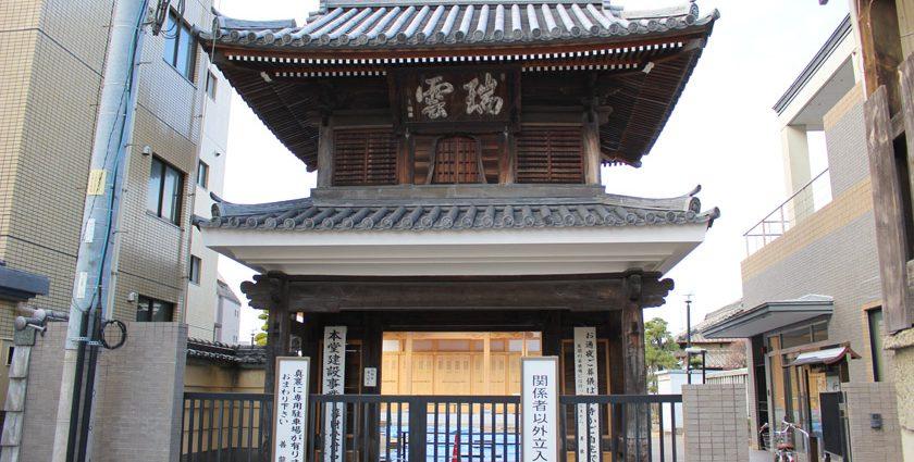 唐人町にある善龍寺の山門です。山門は二階建ての造りで、亀井南冥の書である「瑞雲」の扁額が掲げられています。