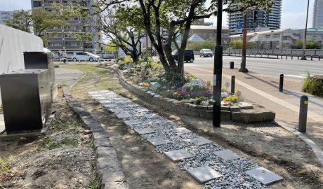 ホークスとうじん通りガーデンに新しく作られた小径。四角い石板と玉砂利が敷かれています