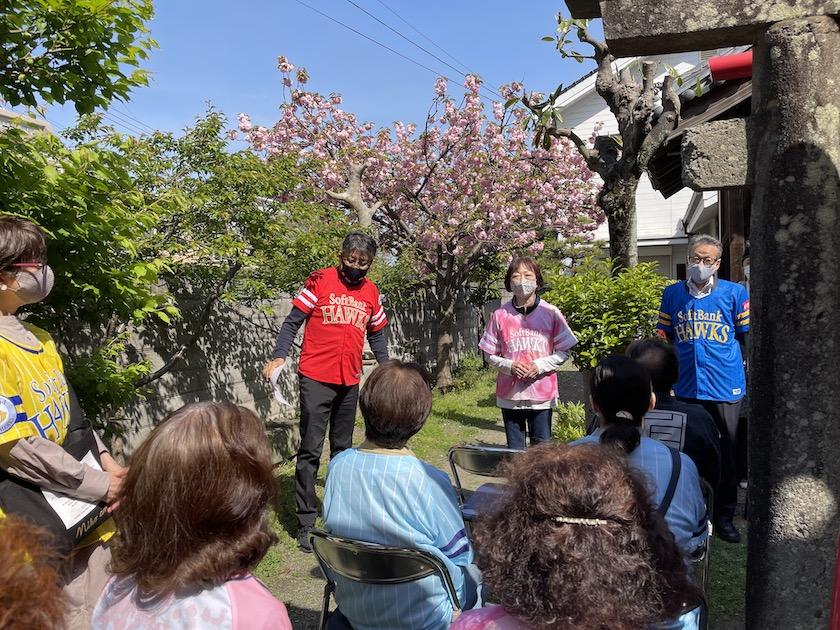 八橋神社の境内で行われている福岡ソフトバンクホークス優勝祈願祭です。当仁校区の住民の方々が参加されています。黄色、ピンク、青の福岡ソフトバンクホークスのユニフォームを着ています