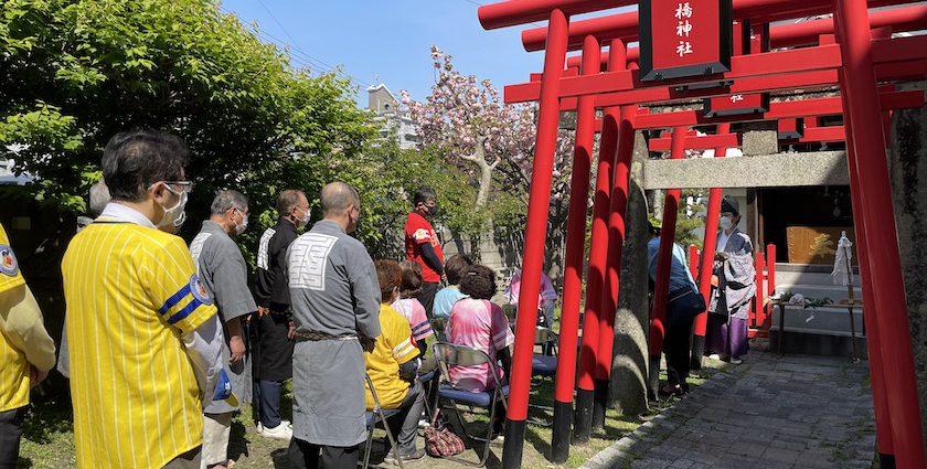 八橋神社の境内で行われている福岡ソフトバンクホークス優勝祈願祭です。当仁校区の住民の方々が参加されています。黄色、ピンク色の福岡ソフトバンクホークスのユニフォームを着ている方がいます